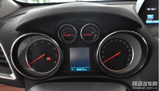 经典的U型布局,音响按钮集成了7英寸显示屏的操控按钮,各种按钮集中在这个区域,所以新手估计得要熟悉一段时间才能摸清楚这个功能键,前排空调为双温区。 别克Encore车内两处USB插口都挺隐蔽的,这是位于显示屏后方的SD插卡口和USB借口。 这是位于中控台下面点烟器旁边的USB接口和AUX音视频接口。 在高配车型上怎么能没有安吉星来保驾护航。 在昂科拉的全系车型上,天窗成为了标配,这一点还是值得肯定的。 昂科拉的座椅软硬适中,大小也比较正常,坐垫和靠背有轻微的包裹感。图中的顶配版马鞍棕色真皮,面料质感不错