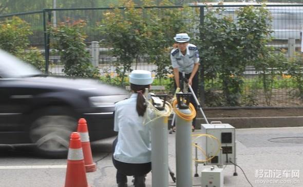 汽车尾气成空气污染祸首 油品干系大   要控制排放污染,首先就得提升机动车油品。而机动车中,柴油车堪称排放大户。北京市520万辆机动车由约500万辆汽油车和20多万辆柴油车构成。其中,占比大约只有5%的柴油车,却排放了占比约50%的氮氧化物!近年来,北京市只能对一成左右不出京的柴油车实施国四、国五标准,外地来京柴油车烧什么油、排什么污却难以管辖。   目前在全球范围内,对于汽车尾气排放的检查标准主要有三项:硫化物、颗粒物(PM)和氮氧化物。这三者在整个汽车环保中基本需要通过不同的步骤来解决,其