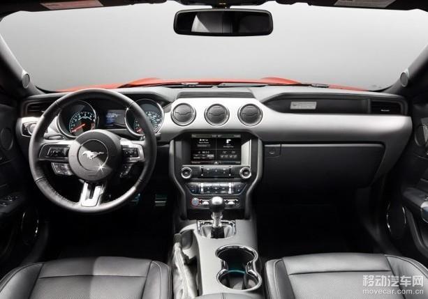 内饰配置的方面,全新福特野马可谓是颠覆了以前的内饰设计,在中控台中央位置配备了一个大尺寸的液晶屏幕,其下方的按键排列同样进行了调整,还配备了一副全新的三辐式多功能运动方向盘。 动力系统的配置上,全新福特野马配备了2.3T以及5.0L V8发动机。传动系统的方面,和发动机相匹配的是一台6速手动或者6速自动变速箱。