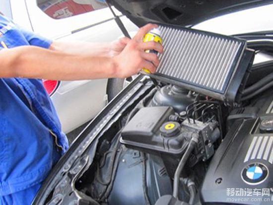 汽车空调在冬季夏季都是人们离不开的,但很多车主却在换季忘了对汽车空调的清洗和保养,这样会对空调下一年的使用产生不利的影响。因此,车主时不时自己动手清洗爱车空调。一个原厂的空调滤芯使用寿命是3万公里或一年,如果定期对空调滤芯进行清理,能够延长空调滤芯的使用寿命。 不同的车型空调滤芯位置有所不同,主要有两种:第一种,在车的前挡风玻璃下面,第二种,大部分家用家轿的空调滤芯位于副驾驶席前挡风下的储物盒,拆卸起来极为方便,只需要将储物盒取下,就会看见里面的空调滤芯。 清洗时,先取下隔音棉,再将空调滤芯抽出,用吸尘