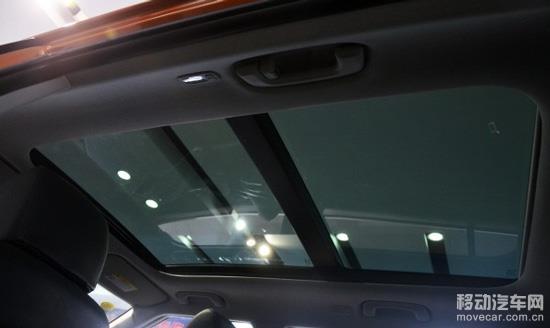 1.6自动两驱尊贵版。外观和现代近年来的SUV非常相似,就像是缩小版的现代IX35,流体雕塑但又带有些硬朗感。   大灯配置为LED日行灯加卤素灯泡带透镜的结构,上挑的灯眉和下沿的日行灯很好的渲染了大灯的视觉效果。下方雾灯犹如獠牙版点缀了整个前脸,旁边的散热格栅是封死状态,只起到装饰作用。中网造型还是六边形加上三横格栅,尺寸上稍微收敛了些,横幅上灰色哑光和镀铬搭配也有着很不错的视觉效果。  熏黑的A、B柱营造出车顶悬浮的视觉效果,平直的车顶和腰线和车头的流体雕塑风格形成视觉冲击。 现代ix25的长宽高在同