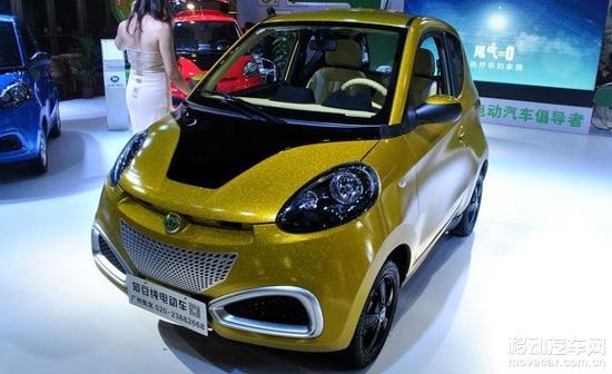 雷诺和长城各自发布了一款概念电动车,为雷诺TWIZY、长城欧拉电动概念车。  长城欧拉电动概念车在09年就开始在北京车展亮相,几经改变变成了现在这个样子,既是窄体单座电动车。  雷诺TWIZY是在海外已经上市了的电动车。这款电动车在英国的售价为6690英镑,折算人民币约7万元左右,新车的续航里程为100km,最高时速为80km/h,从一些基础性能上来说,这款雷诺TWIZY的参数甚至没有知豆出色。 但雷诺TWIZY酷炫个性的造型,再加上极度拉风的剪刀门开启,让这款电动小车的吸引力大增。整个电动车展馆没几个人