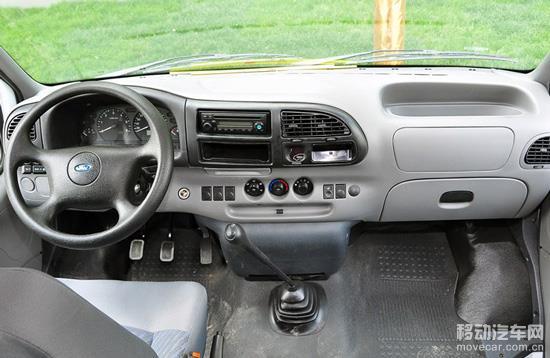 江铃全顺的中控台采用大面积深灰色硬质塑料制成,线条较为柔和,中央控制区的设计相对紧凑。四辐式方向盘造型厚重,其中的喇叭控制键设计在方向盘左侧的拨杆上。