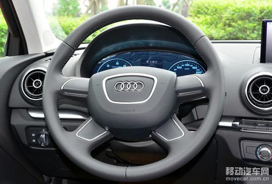 奥迪的低配车方向盘采用了四辐设计,没有带多功能按键,也没有定速