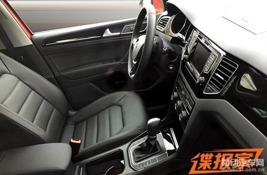 内饰方面:大众高尔夫Sportsvan的设计与第七代高尔夫并不完全相同,车内使用了多功能方向盘。在中控台布局方面,空调出风口被设计在液晶显示屏两侧。我们还可以发现这款车内使用了疑似钢琴烤漆面板的设计,整体质感更强。