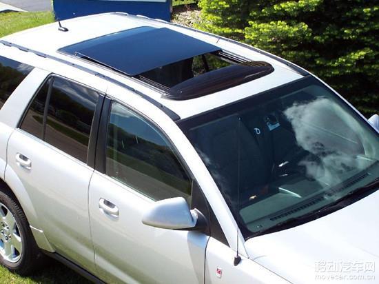 功能解释:汽车顶部上的窗,有通风、透光的功能。全景天窗则面积更大,甚至是整块玻璃的车顶。 所属车型:连奔奔这种价位的都有全景天窗 汽车天窗也是被车友吐槽得最多的一个多余配置,其中被火力攻击最猛的则是非全景天窗。凡是有天窗的车型,一般会在其车型系列里头属于中高配置,但是头顶上多了这么一小块玻璃,其实作用并不大。你敢开天窗透气的地方,你也能摇下窗户,在PM2.