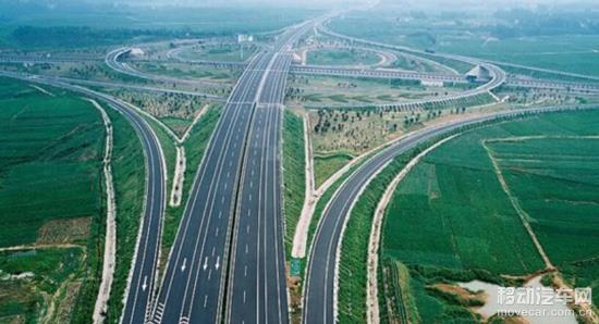 高速公路G76厦蓉高速(成渝段): 车流高峰将在4月30日下午3时以后来临。从成都前往重庆可沿成洛路、驿都大道、成龙路和成自泸高速公路绕行至成简快速通道,也可以通过龙泉湖站、石盘站、石桥站或简阳站绕行至大件路(318国道)。 沪蓉高速(成南段): 车流高峰将在4月30日下午4时以后来临,往三台、盐亭、中江、巴中(微博)、南部等地可选择从成南高速经成德南高速到达。交警已在石马巷、都江堰西、映秀南、庙子坪大桥等重要点位安排了警力执勤,届时将根据车流量情况,及时将车辆分流到都江堰城区和国道213线。 G5京昆