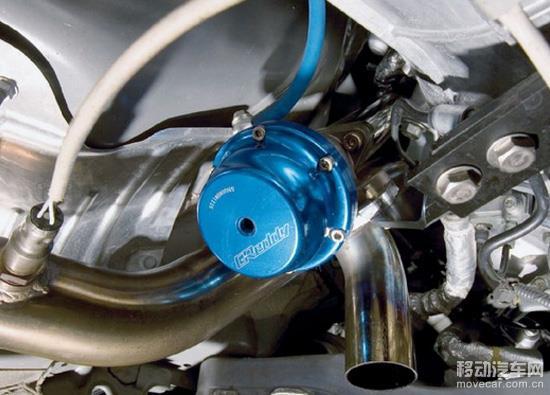 所以在一些规格较大、增压值较高或高性能涡轮增压器上,都采用了外泄式排气泄压阀,也就是所谓的Wastegate。其本质仍是由弹簧驱动的旁通阀,不同的是Wastegate安装在排气管路的分支管路上,旁通阀部分由铸铁材料铸造而成,弹簧室部分由铝合金材料加工而成。