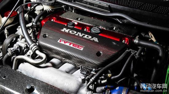 改装知识】 背负着全球所有性能车迷的期待,全新本田Civic Type R终于在2015日内瓦车展中登场,首度换装涡轮动力强劲,并且以7分50秒63的成绩,顺利达成Nurburgring纽柏林北环赛道最快前驱车的目标。连本田也偏离了自然吸气的行列加入了涡轮的大家庭里,要知道涡轮增压在八十年代中期到晚期它们却被禁止运用在本田Legend和本田City Turbo。不过高转速的本田VTEC发动机和涡轮增压器相互搭配,给很多车迷带来了很大的惊喜,2.