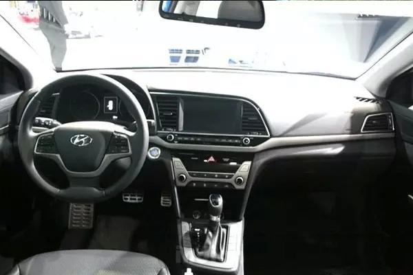伊兰特的中控台采用倾斜于驾驶员一侧的设计,同时使用了全新的双圆盘