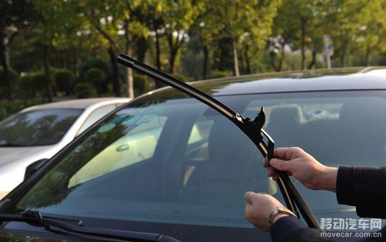车主朋友们应做定期检查汽车雨刮器,提高驾车的安全系数。 1、检查时将雨刮开关置于各种速度位置处,检查不同速度下雨刮是否保持一定速度; 2、检查刮水杆是否存在摆动不均匀或漏刮的现象,意味着雨刮片有损坏,需要更换了; 3、对挡风玻璃喷一些清洗液,开动雨刮,留意它的动作是否流畅,是否有较大的声音,如声音大就表示雨刮过分压向玻璃,必须做出适当的调校; 4、当雨刮扫完一至两下之后,看看是否有水分留在挡风玻璃上,同时观察一下是否会留下一些划痕,如果很明显地见到划痕的话,就表示雨刮上的刮水胶条已经老化,应该更换新的胶