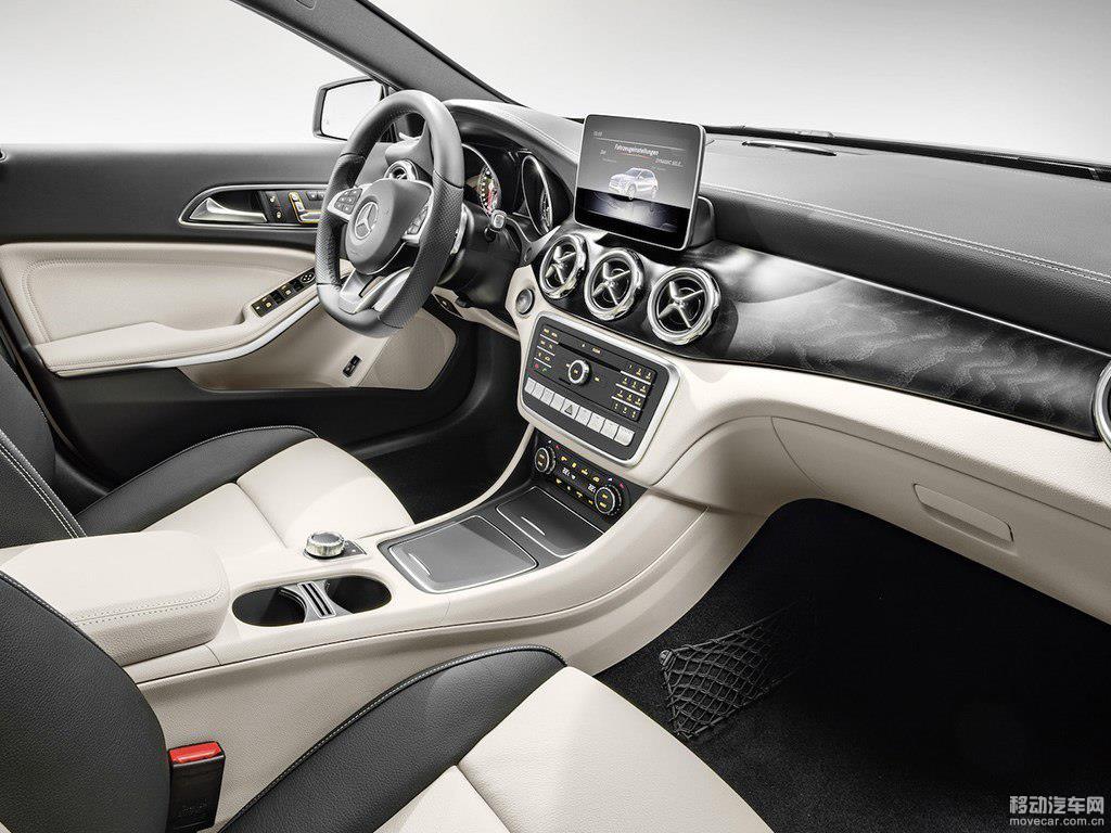 胡桃木饰板被全新的磨砂黑质地的木纹饰板所取代,与新增的峡谷金色车