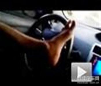 又出新花样 实拍阿拉伯车友用脚开车